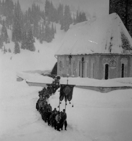 Foto links: Beerdigung von Pfarrer Ulrich Jehly, Lech 1940 (c) Lechmuseum / Gemeindearchiv<br /> Foto rechts: Sigrid Polacek 1915 - 1933 (c) Zentralarchiv Getzner, Bludenz