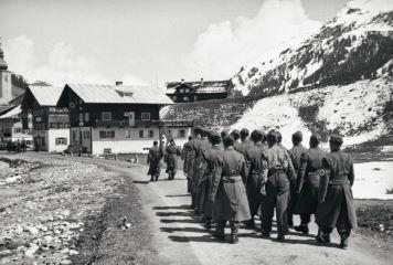 Foto rechts: Spaziergang in Lech, 1930er Jahre (c) Lechmuseum, Schenkung Anna Griessemann. <br /> Foto links: Eröffnung der Freiburger Hütte 1894 (c) Lechmuseum<br /> Foto oben: Aufmarsch zur Maibaumfeier, Lech, 1939 (c) Lechmuseum