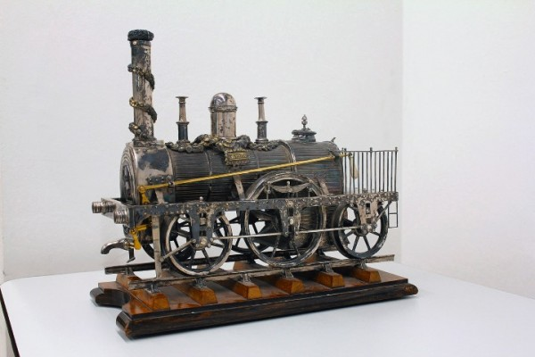 Foto oben:Schneebrillen, 1900 - 1950 (c) Alpenverein-Museum.<br /> <br /> Foto Mitte_Die Silberne Lokomotive (c)Jüdisches Museum Hohenems.<br /> <br /> Foto unten_Kronebar (c) Gemeindearchiv Lech